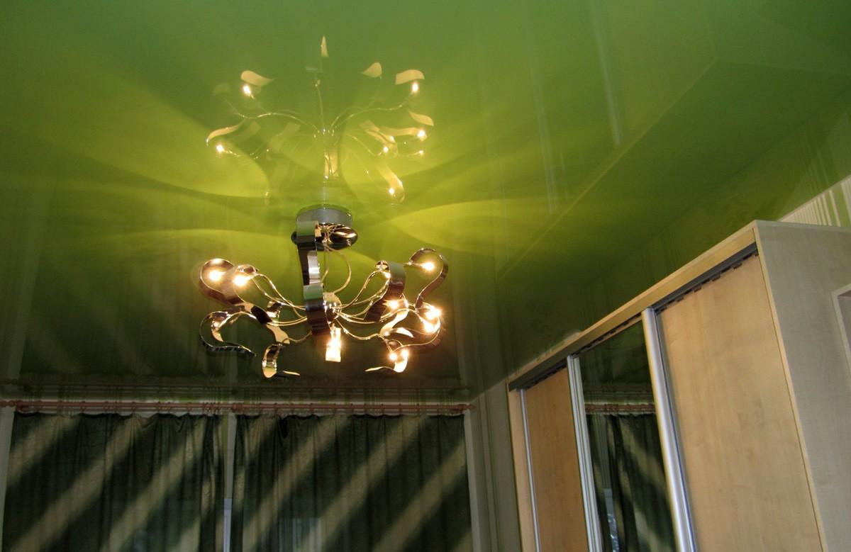 Зелёный глянцевый натяжной потолок с люстрой