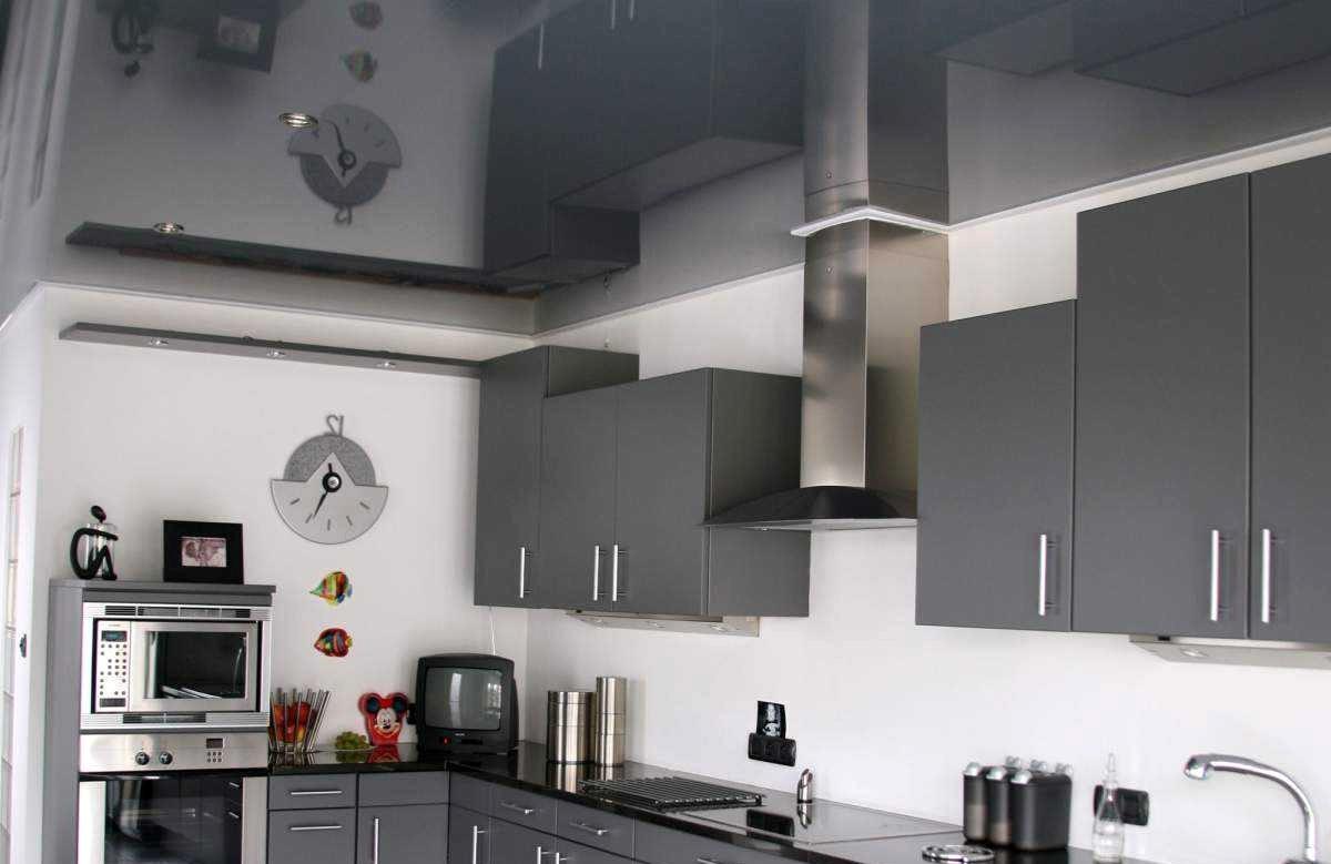Глянцевый натяжной потолок цвета графита в кухне