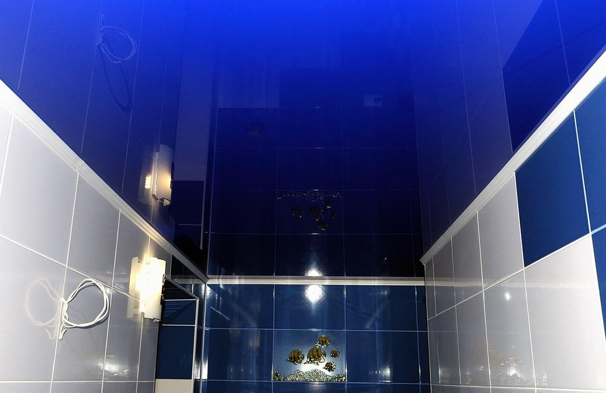 Синий глянцевый натяжной потолок в ванной