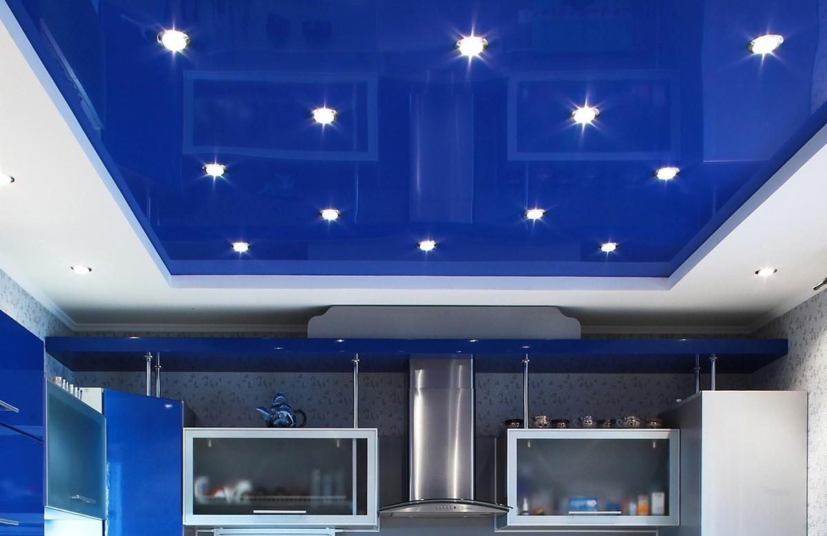Синий глянцевый двухуровневый натяжной потолок со светильниками в кухне