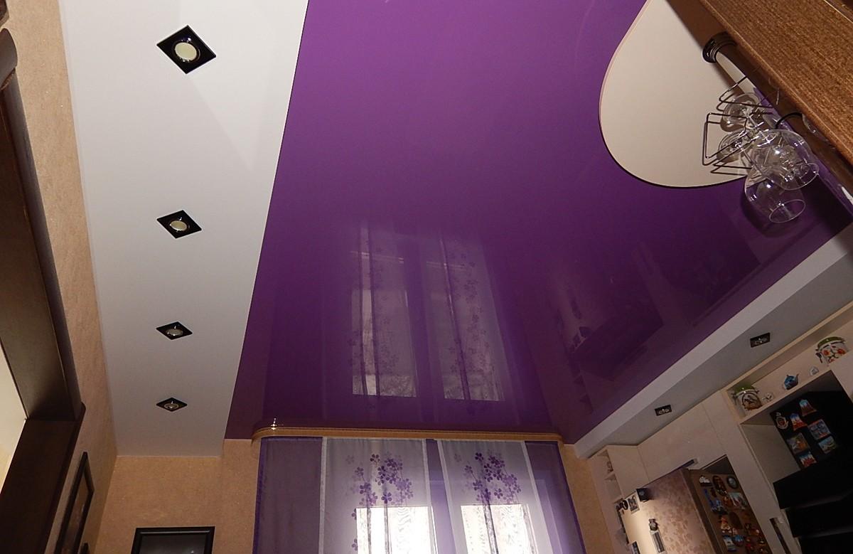 Фиолетовый глянцевый двухуровневый натяжной потолок со светильниками и люстрой