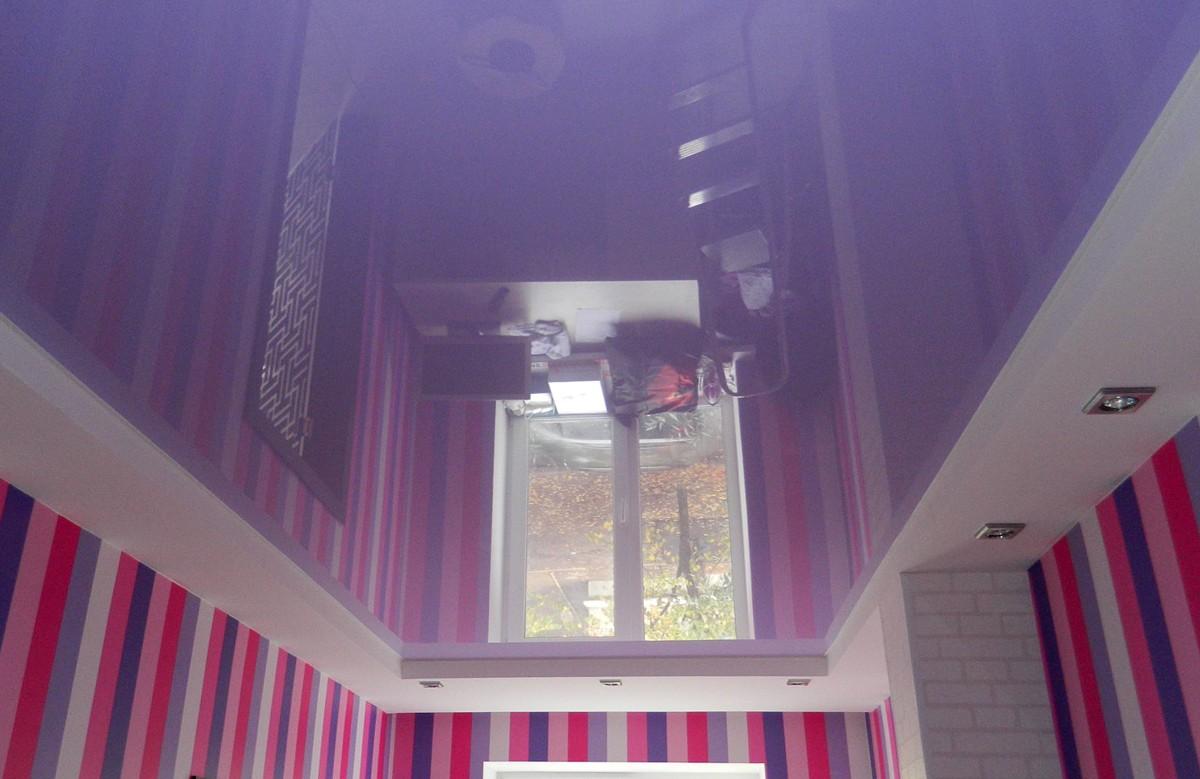 Сиреневый глянцевый двухуровневый натяжной потолок со светильниками