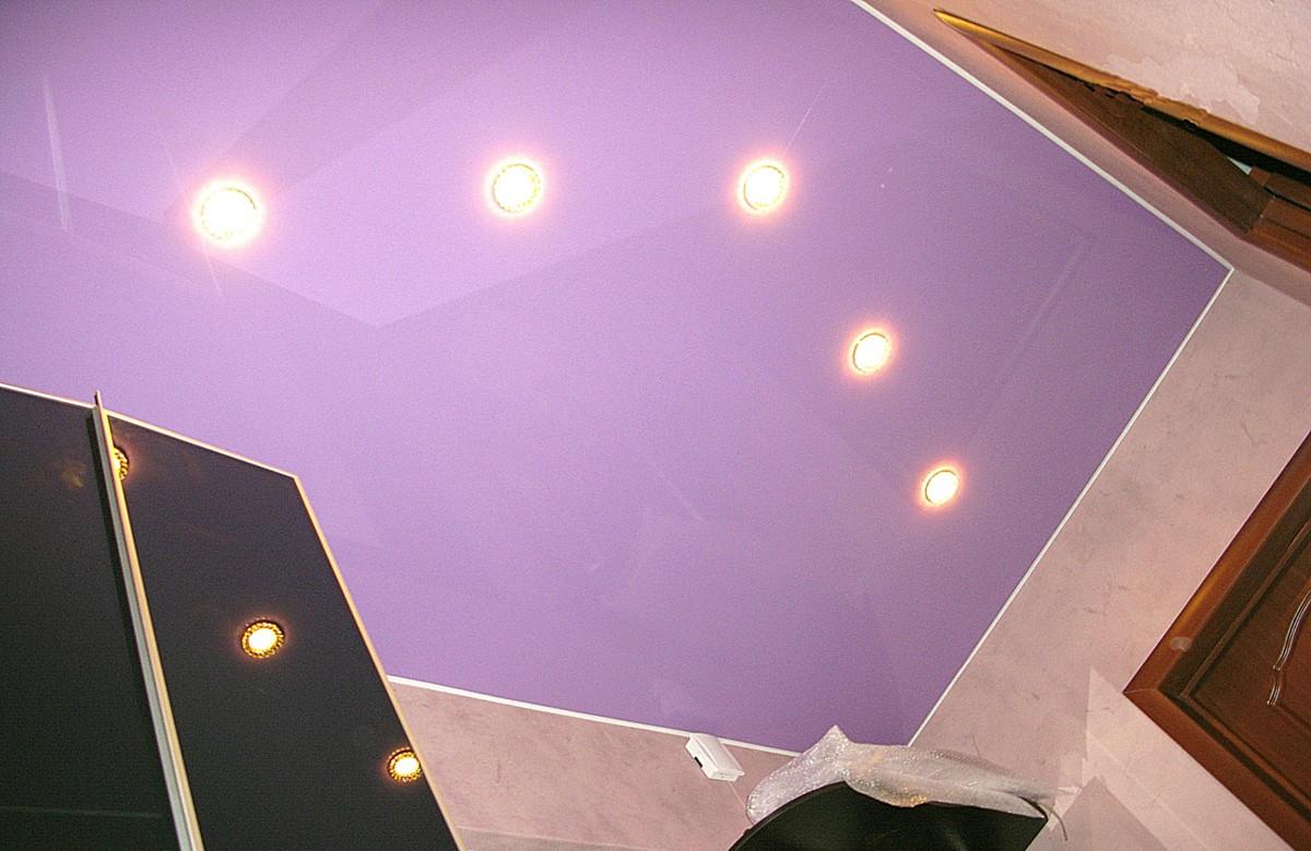 Сиреневый глянцевый натяжной потолок с пятью светильниками