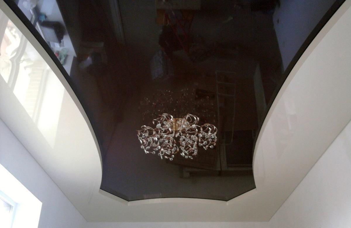 Коричневый глянцевый двухуровневый натяжной потолок с люстрой
