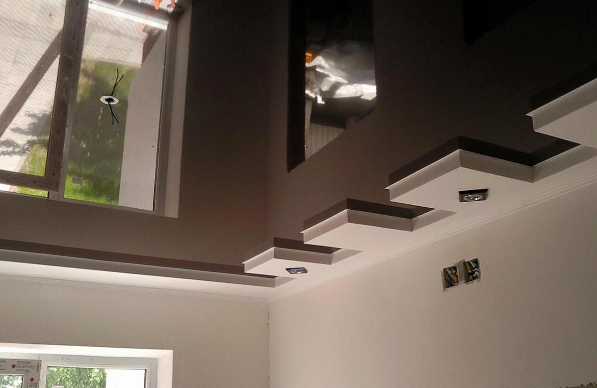 Коричневый глянцевый натяжной потолок в коробе из гипсокартона
