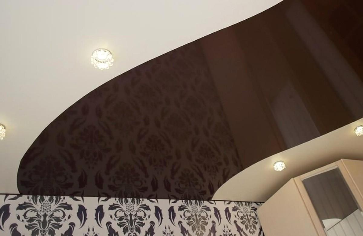 Двухцветный глянцевый натяжной потолок со светильниками