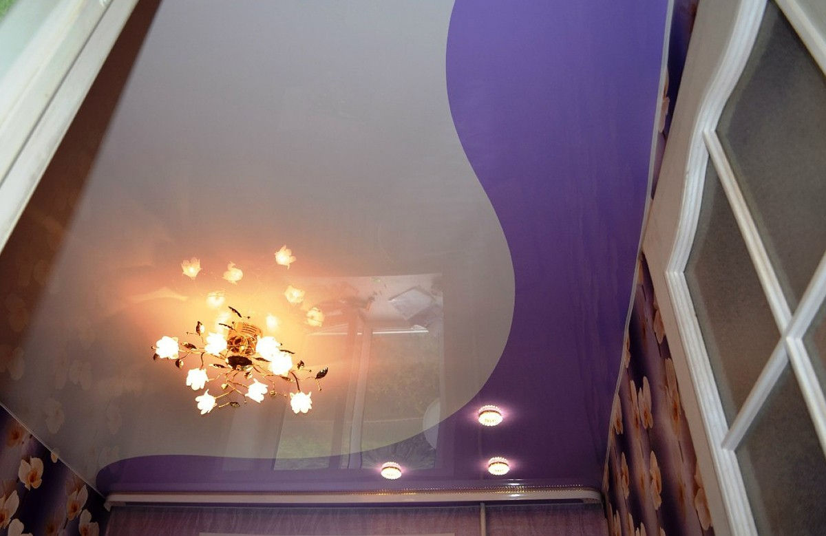 Двухцветный глянцевый натяжной потолок со светильниками и люстрой