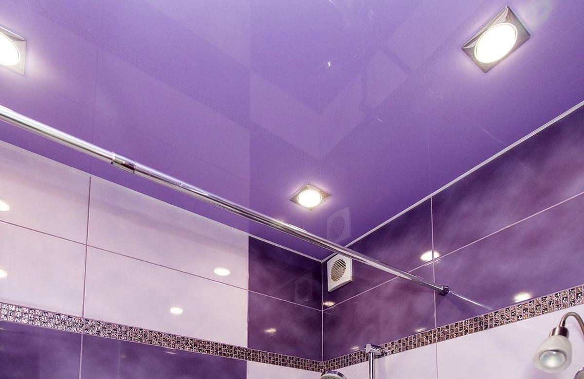 Сиреневый глянцевый натяжной потолок с квадратными светильниками в ванной