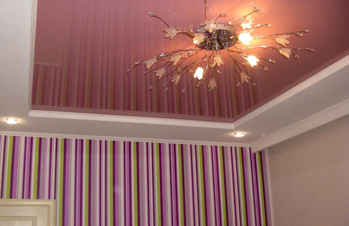 Перламутрово-розовый глянцевый натяжной потолок в коробе из гипсокартона