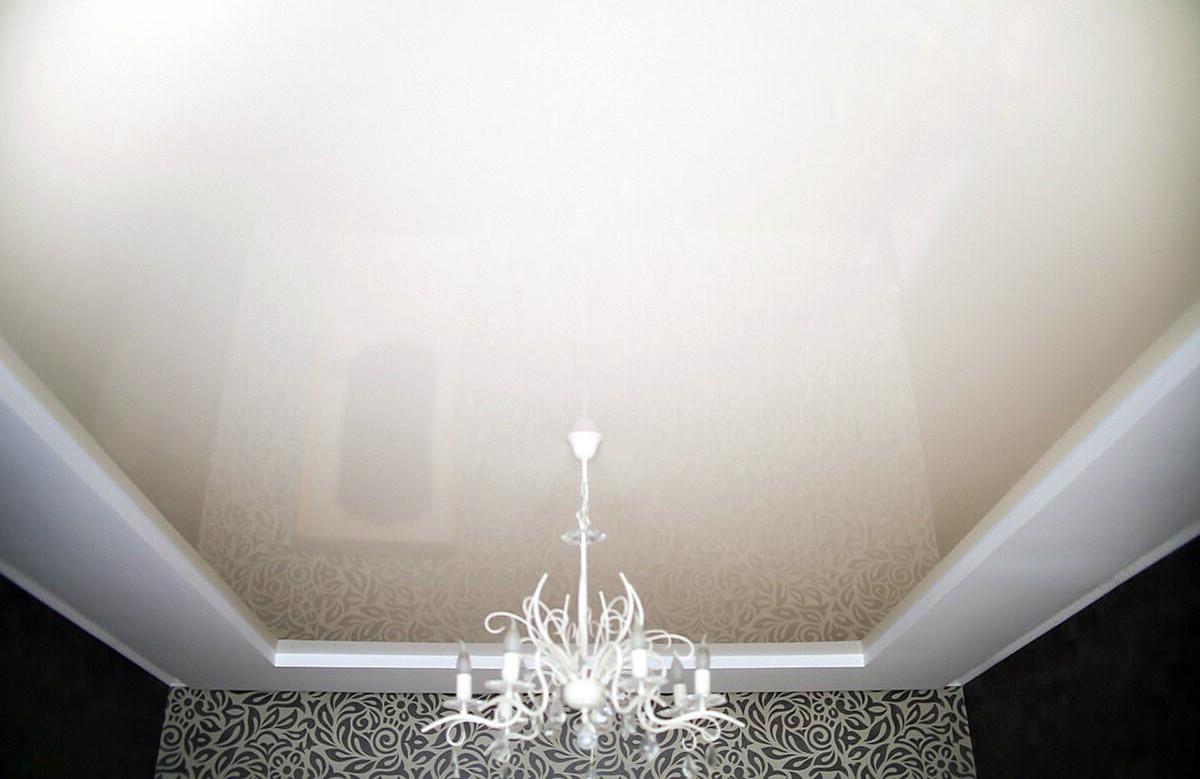 Глянцевый натяжной потолок цвета слоновой кости