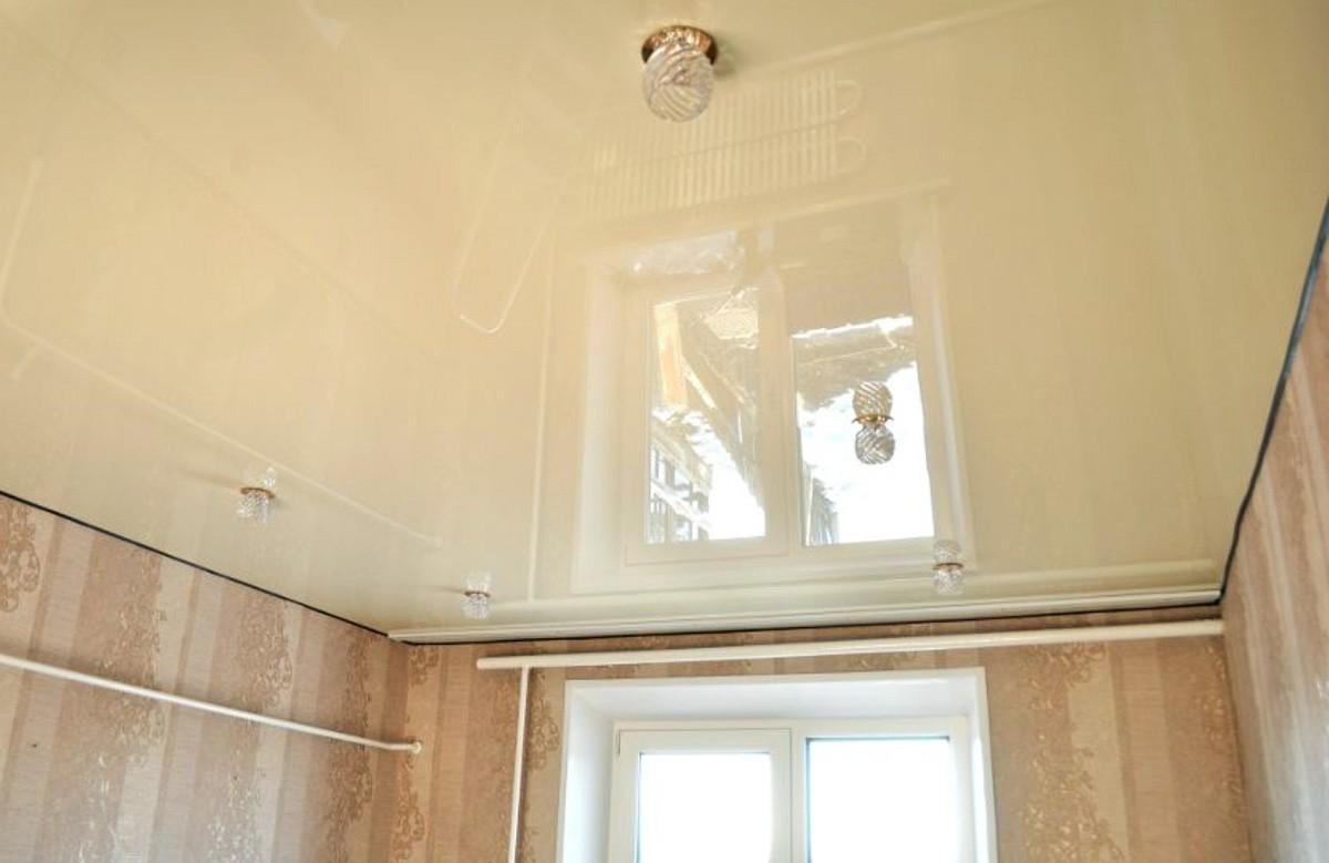 Молочный глянцевый натяжной потолок со светильниками