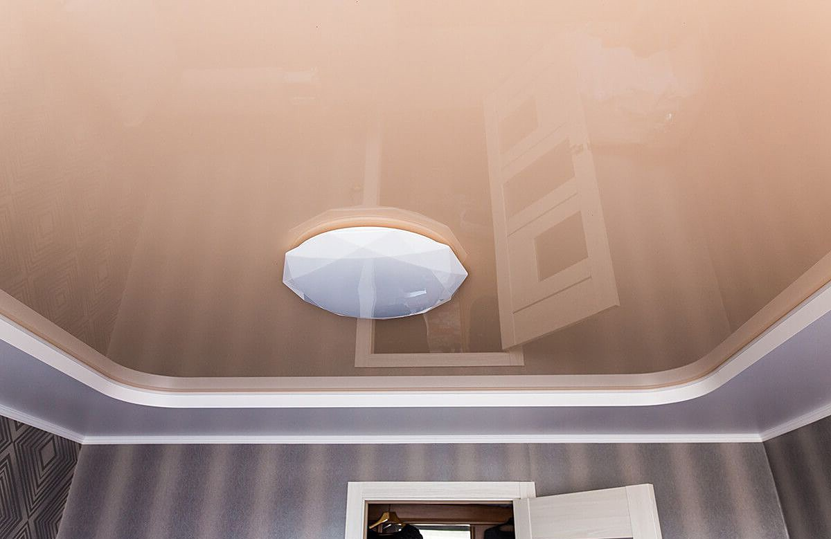 Глянцевый двухуровневый натяжной потолок цвета кофе с молоком