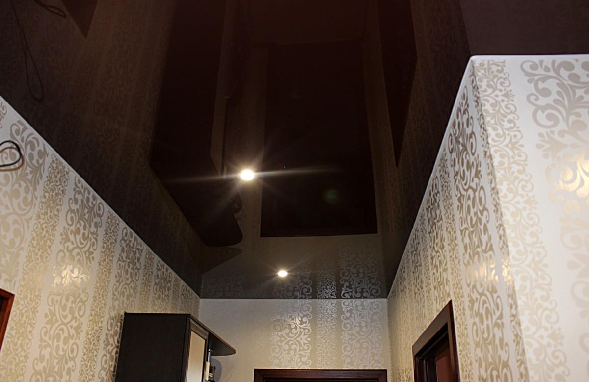 Глянцевый натяжной потолок цвета кофе в коридоре