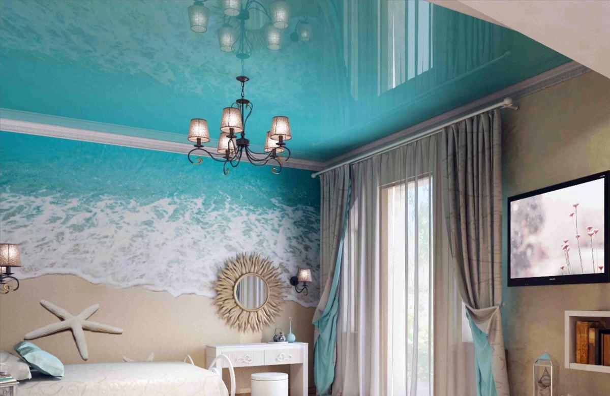 Бирюзовый глянцевый натяжной потолок в спальне