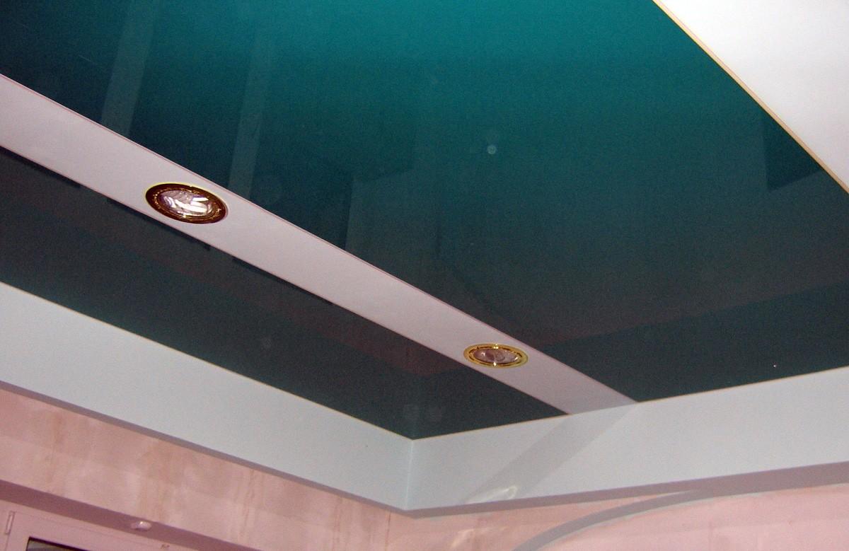 Бирюзовый глянцевый натяжной потолок в коробе из гипсокартона