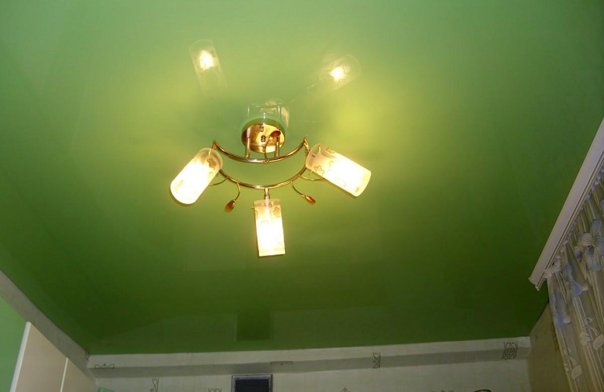Салатовый глянцевый натяжной потолок в комнате
