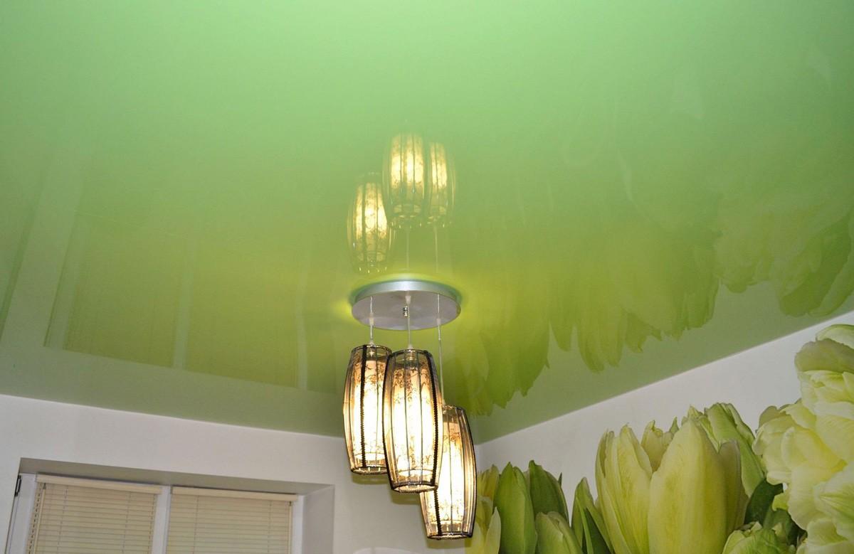 Салатовый глянцевый натяжной потолок с люстрой