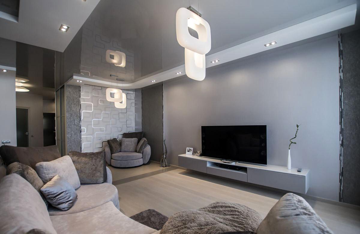 Серебристый глянцевый натяжной потолок в коробе из гипсокартона