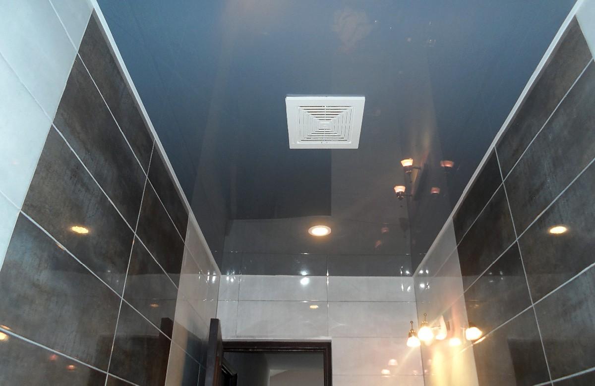 Серый глянцевый натяжной потолок в ванной
