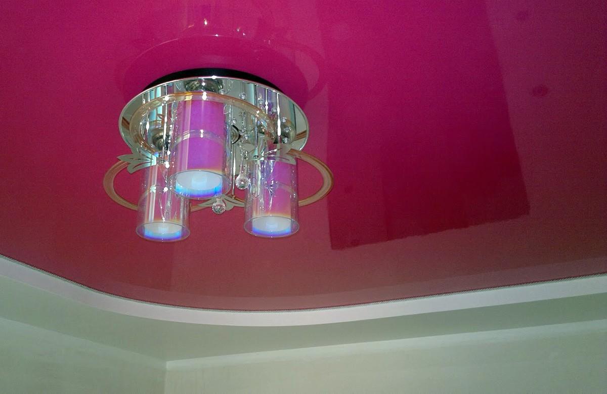 Малиновый глянцевый двухуровневый натяжной потолок с люстрой