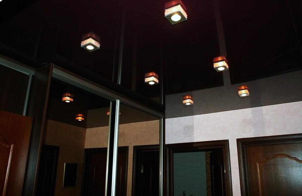 Глянцевый натяжной потолок цвета венге со светильниками