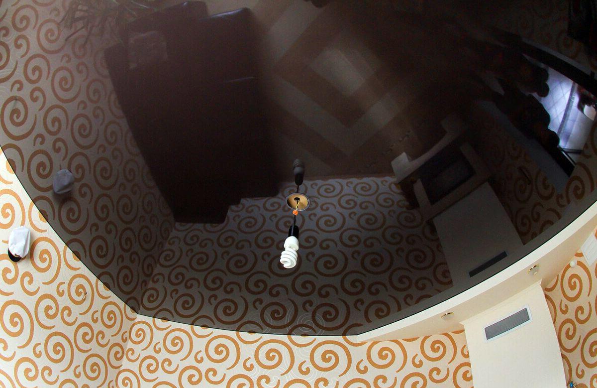 Глянцевый натяжной потолок цвета венге в комнате