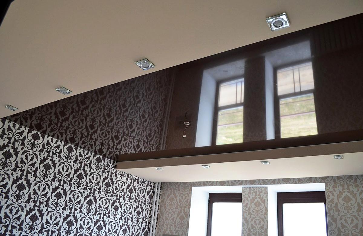 Глянцевый уровневый натяжной потолок цвета венге со светильниками
