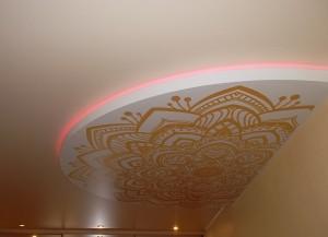 Двухуровневый натяжной потолок в гостиной зале с фотопечатью
