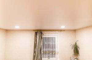 Кремовые натяжные потолки