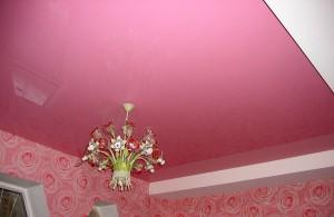 Розовые натяжные потолки
